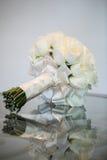 Άσπρος αυξήθηκε γαμήλια ανθοδέσμη στοκ εικόνες