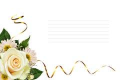 Άσπρος αυξήθηκε και ρύθμιση γωνιών λουλουδιών asters Στοκ εικόνα με δικαίωμα ελεύθερης χρήσης