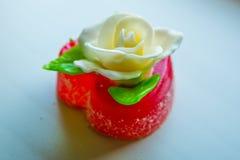 Άσπρος αυξήθηκε με τα πράσινα φύλλα σε μια κόκκινη καρδιά μαρμελάδας, τα γλυκά για τους εραστές και τους γάμους Στοκ εικόνες με δικαίωμα ελεύθερης χρήσης