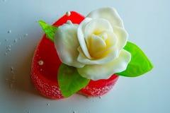 Άσπρος αυξήθηκε με τα πράσινα φύλλα σε μια κόκκινη καρδιά μαρμελάδας, τα γλυκά για τους εραστές και τους γάμους Στοκ εικόνα με δικαίωμα ελεύθερης χρήσης