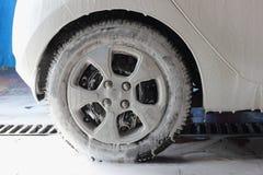 Άσπρος αφρός αυτοκινήτων στο πλύσιμο αυτοκινήτων Στοκ Φωτογραφία