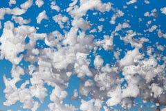 Άσπρος αφρός ενάντια στο μπλε ουρανό ως υπόβαθρο Στοκ φωτογραφία με δικαίωμα ελεύθερης χρήσης