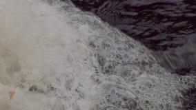 Άσπρος αφρός στενό στον επάνω ποταμών απόθεμα βίντεο