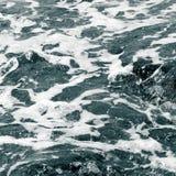Άσπρος αφρός στην επιφάνεια του κρυστάλλου - σαφές θαλάσσιο νερό Στοκ φωτογραφία με δικαίωμα ελεύθερης χρήσης