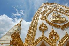 Άσπρος βουδιστικός ναός στη βορειοανατολική Ταϊλάνδη στοκ φωτογραφίες