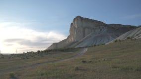 Άσπρος βράχος στο ηλιοβασίλεμα απόθεμα βίντεο