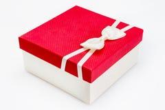 Άσπρος δεσμός τόξων στο κόκκινο άσπρο υπόβαθρο κιβωτίων δώρων με το ψαλίδισμα του ελαφριού κτυπήματος Στοκ φωτογραφία με δικαίωμα ελεύθερης χρήσης