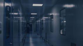 Άσπρος διάδρομος εργοστασίων Μακρύς διάδρομος με τις πόρτες Χημικό εργαστήριο Βιομηχανικό εσωτερικό εργοστασίων Φαρμακευτικός φιλμ μικρού μήκους