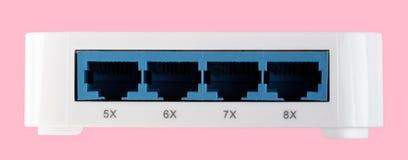 Άσπρος διακόπτης Ethernet 8 λιμένων πλαστικός που απομονώνεται στο ρόδινο υπόβαθρο Στοκ φωτογραφία με δικαίωμα ελεύθερης χρήσης