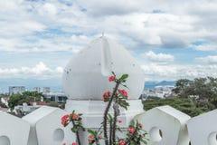 Άσπρος θόλος του μουσουλμανικού τεμένους στην Τζακάρτα, Jawa, Ινδονησία στοκ εικόνες