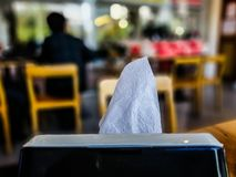 άσπρος ιστός στο μαύρο κουτί στον πίνακα στο κατάστημα στο θολωμένο υπόβαθρο στοκ φωτογραφία με δικαίωμα ελεύθερης χρήσης