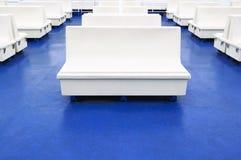 Άσπρος κάθισμα ή πάγκος σε ένα πορθμείο ως ανασκόπηση Στοκ Φωτογραφίες