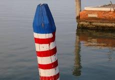 άσπρος και κόκκινος πόλος αποκαλούμενος Bricola στα ιταλικά γλώσσα Στοκ Φωτογραφία