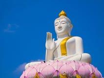 Άσπρος και χρυσός μεγάλος ανελκυστήρας του Βούδα αγαλμάτων στο μεγάλο λωτό Στοκ Φωτογραφία