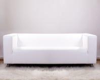 Άσπρος καναπές δέρματος Στοκ Εικόνες