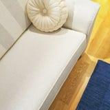 Άσπρος καναπές με ένα φανταχτερό μαξιλάρι Στοκ φωτογραφίες με δικαίωμα ελεύθερης χρήσης