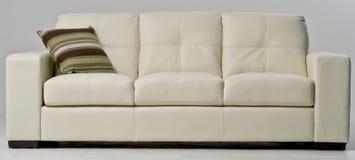 Άσπρος καναπές δέρματος Στοκ εικόνες με δικαίωμα ελεύθερης χρήσης