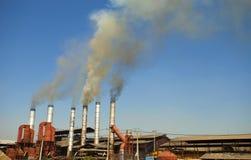 Άσπρος καπνός από τη βιομηχανική καπνοδόχο Στοκ φωτογραφίες με δικαίωμα ελεύθερης χρήσης