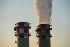 Άσπρος καπνός από τη βιομηχανική καπνοδόχο Στοκ φωτογραφία με δικαίωμα ελεύθερης χρήσης