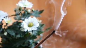 Άσπρος καπνός από το aromastick ή το αρωματικό ραβδί φιλμ μικρού μήκους