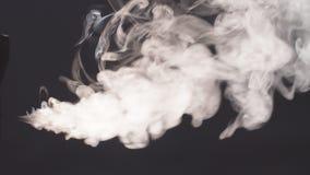 Άσπρος καπνός που και που επιπλέει στο διάστημα φιλμ μικρού μήκους