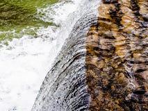 Άσπρος καταρράκτης ορμητικά σημείων ποταμού νερού που συντρίβει στο πάτωμα ποταμών Στοκ Φωτογραφία