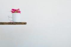 Άσπρος καφές κουπών και το λουλούδι leptopus Antigonon Στοκ φωτογραφίες με δικαίωμα ελεύθερης χρήσης