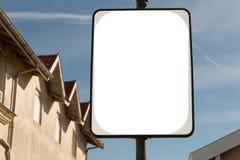 Άσπρος κενός πίνακας διαφημίσεων κενός για τη διαφήμιση κάτω από το μπλε ουρανό στην οδό στοκ φωτογραφίες