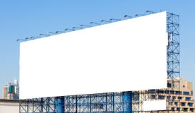 Άσπρος κενός πίνακας διαφημίσεων έτοιμος για τη νέα διαφήμιση με την πόλη στοκ εικόνες με δικαίωμα ελεύθερης χρήσης