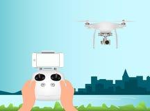 Άσπρος κηφήνας με με τη ψηφιακή κάμερα για την αεροφωτογραφία Τηλεχειρισμός και κινητό smartphone Στοκ εικόνα με δικαίωμα ελεύθερης χρήσης