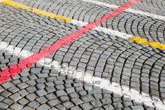 Άσπρος, κόκκινος και κίτρινος δρόμος που χαρακτηρίζει τις γραμμές Στοκ φωτογραφία με δικαίωμα ελεύθερης χρήσης