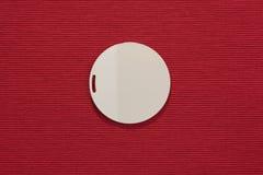 Άσπρος κύκλος σε έναν κόκκινο τομέα Στοκ Εικόνες