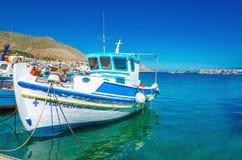 Άσπρος-μπλε βάρκα με τα ελληνικά χρώματα στον κόλπο, Ελλάδα Στοκ εικόνα με δικαίωμα ελεύθερης χρήσης