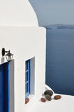 Άσπρος-μπλε σπίτι στην Ελλάδα Στοκ φωτογραφίες με δικαίωμα ελεύθερης χρήσης