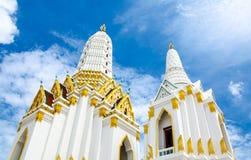 Άσπρος ναός εκκλησιών βουδισμού με το συμπαθητικό όμορφο ουρανό σε Bangko Στοκ Φωτογραφίες