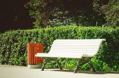 Άσπρος ξύλινος πάγκος στο πάρκο στοκ φωτογραφία με δικαίωμα ελεύθερης χρήσης