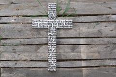 Άσπρος ξύλινος σταυρός με την προσευχή Λόρδου ` s ξεπερασμένο σε ξύλινο Στοκ Φωτογραφίες