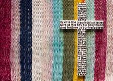 Άσπρος ξύλινος σταυρός με την προσευχή Λόρδου ` s στο επάνω χρωματισμένο υπόβαθρο ταπήτων Στοκ Φωτογραφίες