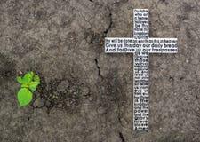 Άσπρος ξύλινος σταυρός με την προσευχή Λόρδου ` s στο επίγειο backgrou Στοκ Φωτογραφία