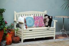 Άσπρος ξύλινος καναπές σε ένα οικογενειακό πανδοχείο στοκ εικόνες