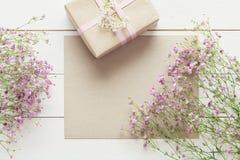 Άσπρος ξύλινος πίνακας με τα ρόδινα λουλούδια και ένα παρόν, ημέρα μητέρων ` s στοκ φωτογραφίες με δικαίωμα ελεύθερης χρήσης