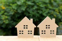 άσπρος ξύλινος παιχνιδιών ανασκόπησης απομονωμένος σπίτι Στοκ Φωτογραφία