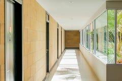άσπρος ξύλινος στάσεων βασικών εσωτερικός λαμπτήρων ανασκόπησης Στοκ φωτογραφία με δικαίωμα ελεύθερης χρήσης