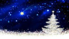 Άσπρος ουρανός χριστουγεννιάτικων δέντρων και αστεριών Στοκ φωτογραφία με δικαίωμα ελεύθερης χρήσης