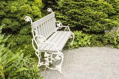 Άσπρος πάγκος στο πάρκο Στοκ Εικόνες