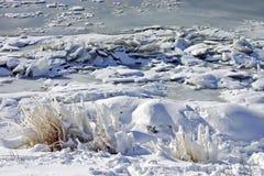 Άσπρος πάγος στην παγωμένη λίμνη Στοκ Φωτογραφία