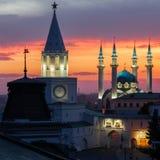 Άσπρος-πέτρινο Kazan Κρεμλίνο και μουσουλμανικό τέμενος Kul Σαρίφ με ένα φλογερό ηλιοβασίλεμα Στοκ Εικόνες