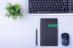 Άσπρος πίνακας γραφείων γραφείων με το lap-top, το smartphone, το σημειωματάριο, το σχέδιο, και τα γυαλιά Τοπ άποψη με το διάστημ Στοκ φωτογραφίες με δικαίωμα ελεύθερης χρήσης