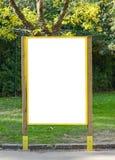 Άσπρος πίνακας διαφημίσεων στο πάρκο με το διάστημα για τη διαφήμισή σας στοκ φωτογραφία με δικαίωμα ελεύθερης χρήσης