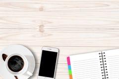 Άσπρος πίνακας με το σημειωματάριο και Smartphone φλυτζανιών καφέ Στοκ Εικόνες